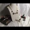 Collana composta da perle di fiume naturali, e 5 riproduzioni di monete antiche con bordo dorato